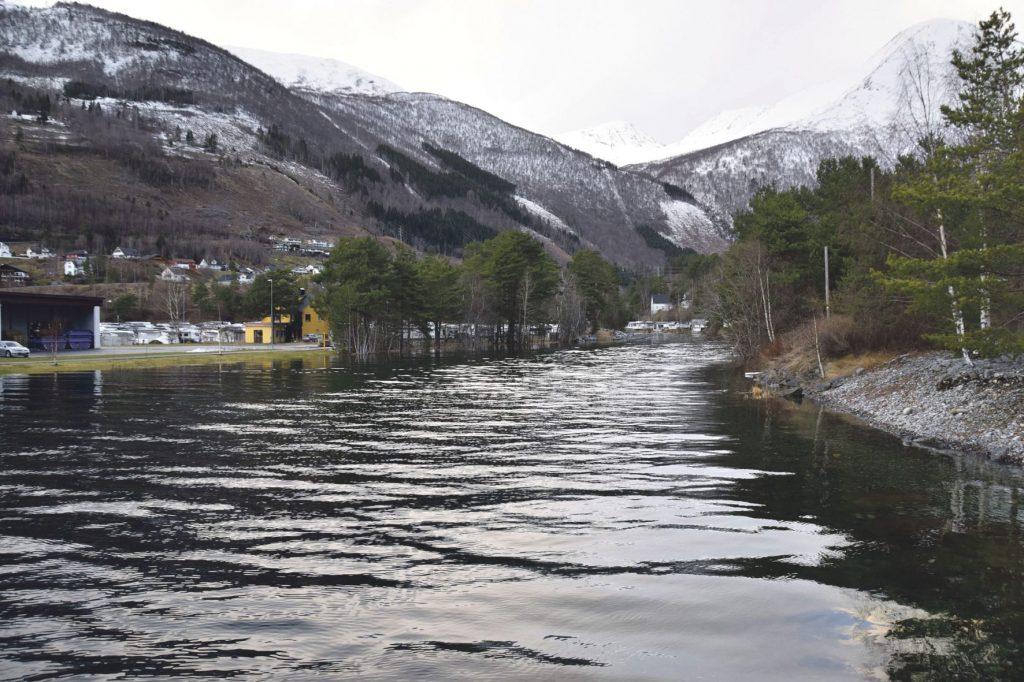 Høg flo på Sylte i Valldal tysdag 14. januar 2020 kl. 14.00. Foto: Alfred Nilsen